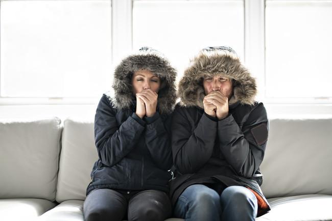防寒着を着ながら寒がるカップル