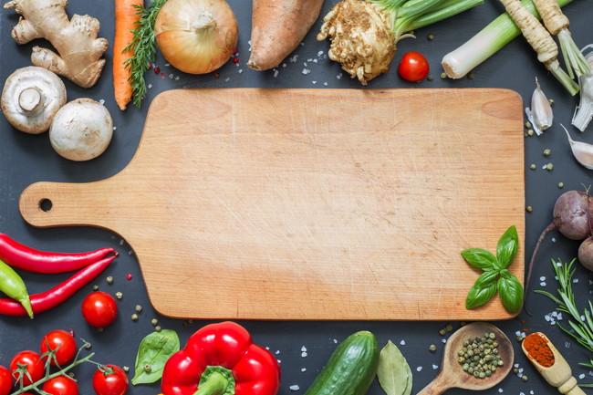 色々な野菜と木製のまな板