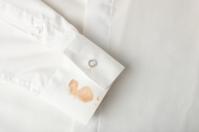 白いシャツの袖の染み