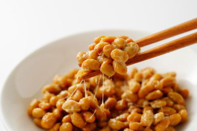 白い器に入った納豆