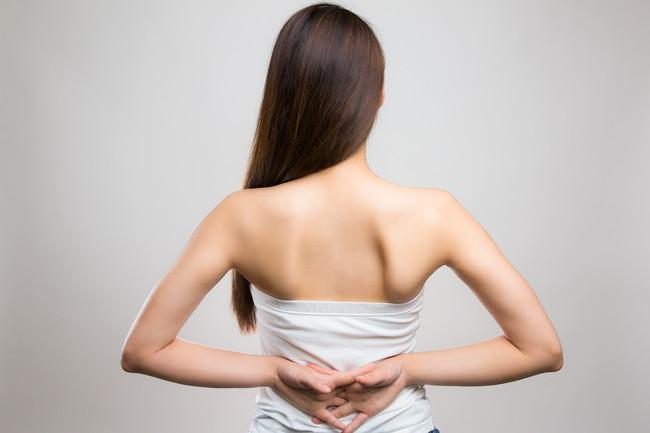 キレイな肩甲骨の女性の後ろ姿