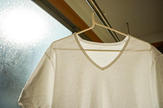 カーテンレールにかけたTシャツ