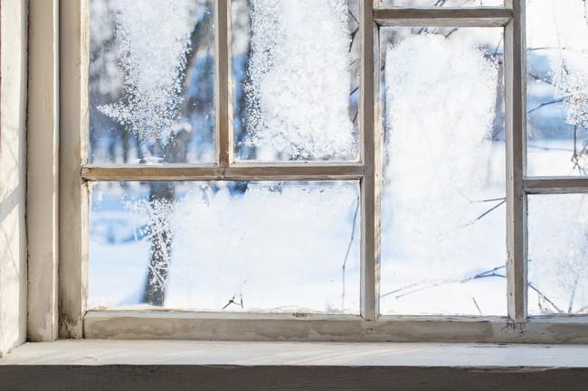 冬にカーテンの付いていない窓