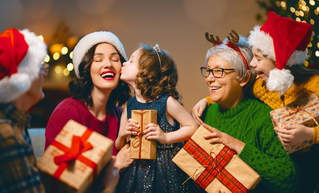 楽しそうにクリスマスをお祝いしている家族