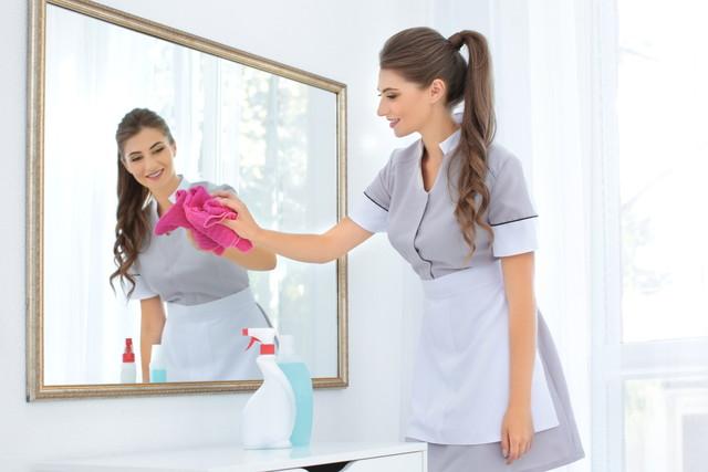 鏡を磨く女性
