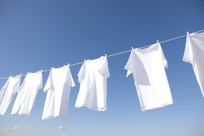 青空の下で干している白いTシャツ