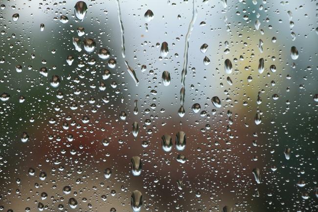 窓に付いた水滴