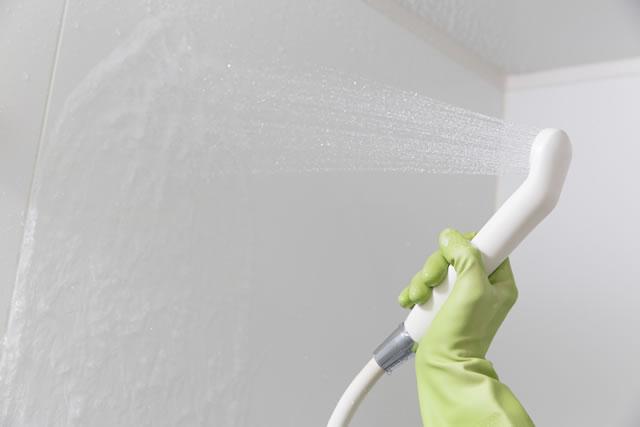 シャワーで壁を流す