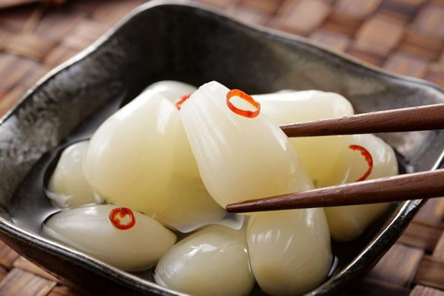 らっきょうを箸で摘む