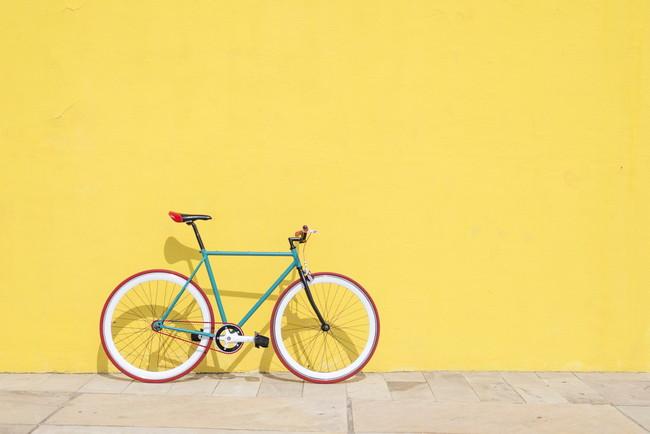 黄色い壁と自転車