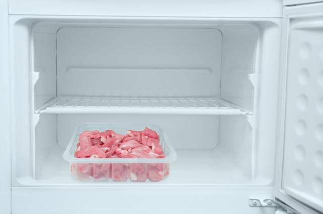 冷蔵庫の中の鶏肉