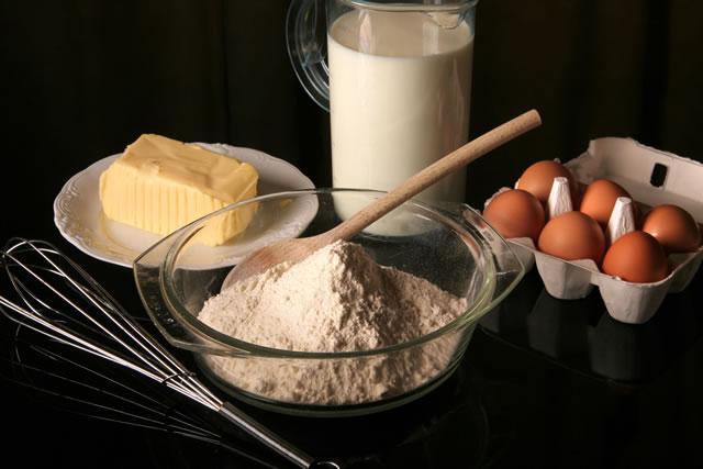 小麦粉と牛乳とバターと卵