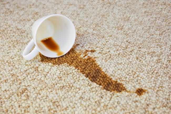 カーペットにこぼれたコーヒー