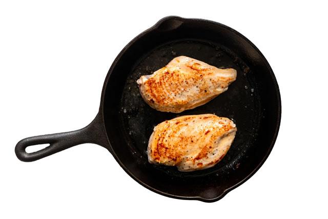 フライパンで鶏肉を焼く