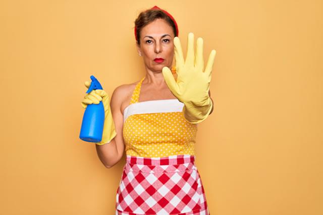 洗剤を使うのを拒む女性