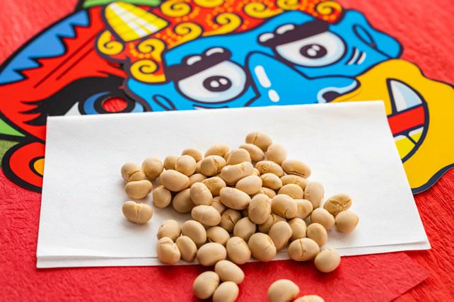 節分の豆と鬼のお面