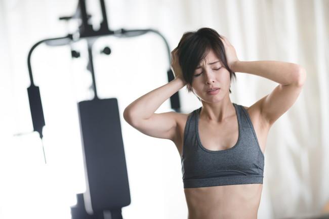 トレーニングに苦戦している女性