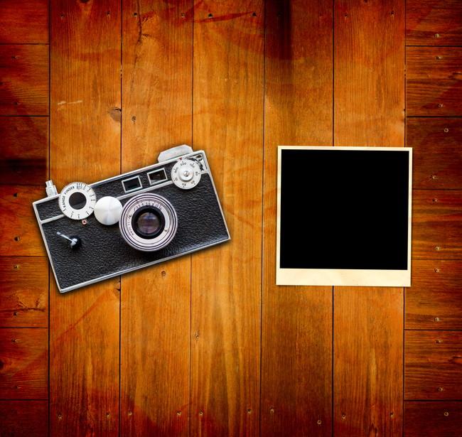 机に置かれたカメラと写真