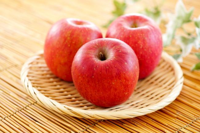 竹ざるに置かれた3つのりんご