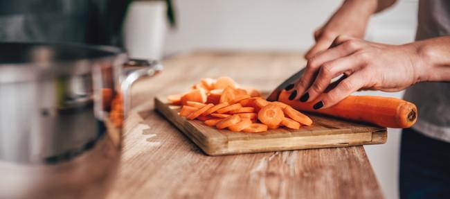 まな板で野菜を切っているところ