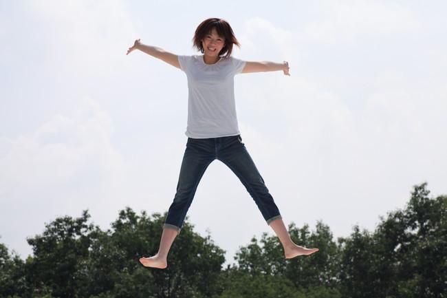 高いところから飛び降りている女性