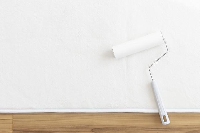 フローリングの上の白い絨毯と、粘着カーペットクリーナー
