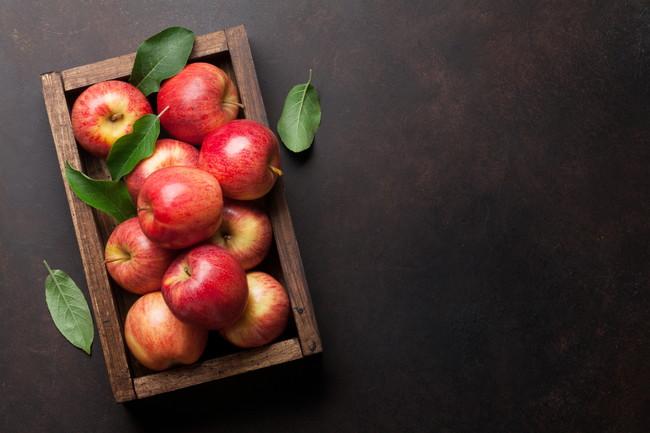 木箱に積まれた複数のりんご