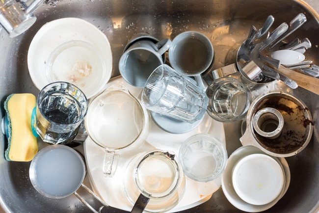 キッチンシンクに放置された沢山の汚れた食器