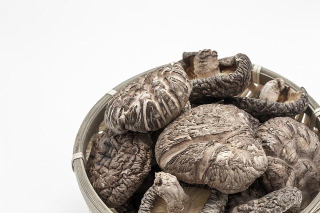 丸いカゴいっぱいの干し椎茸