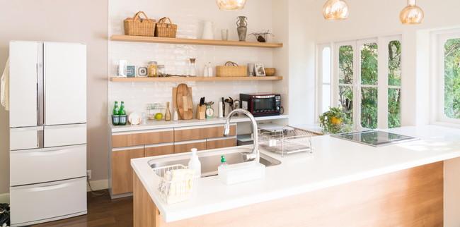 緑が見える清潔なキレイなキッチン
