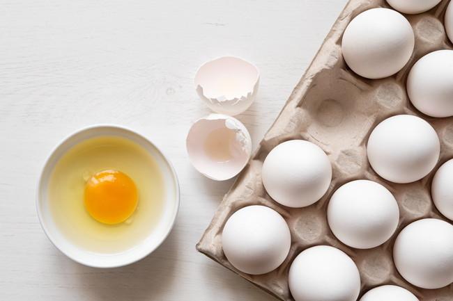 白い台の上に置かれた複数の生卵