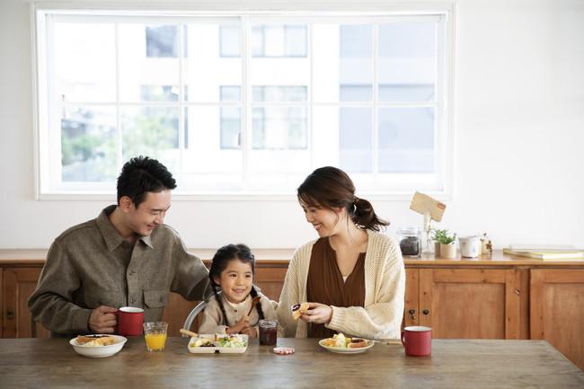 リビングにいる幸せな家族の食事風景