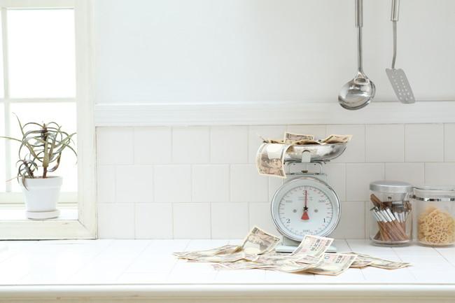 キッチンの台の上にある秤とお札