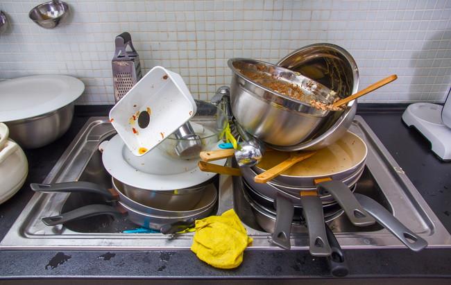 洗っていない調理器具が山積みされたシンク