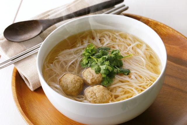 パクチーが添えられたフォー、ベトナム料理