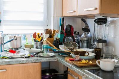 使った調理器具や汚れた食器で散らかっているキッチン