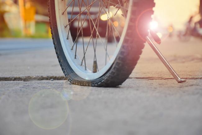 道の上でタイヤがパンクしている自転車
