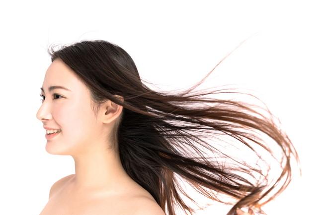 黒髪のロングヘアの女性のヘアケアイメージ