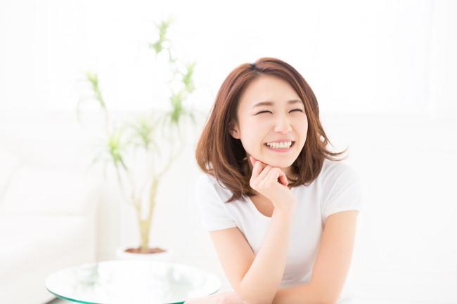 リラックスしながら微笑んでいる女性