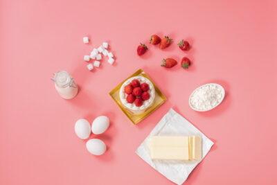 いちごのケーキを作る材料
