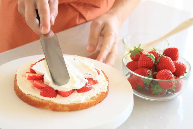 白いケーキ回転台、クリームを塗る様子
