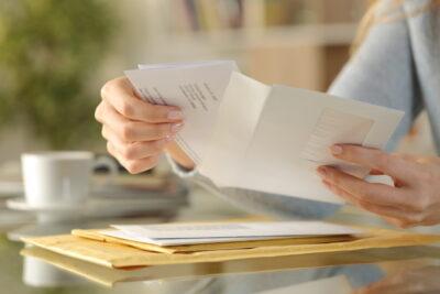 書類を確認する女性の手元