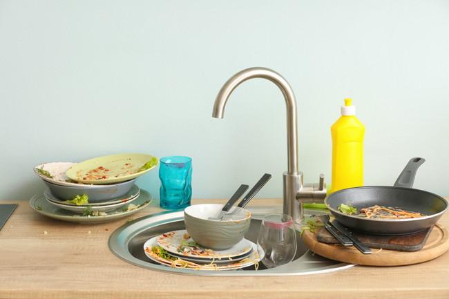 使った食器と調理器具が置かれたままのシンク