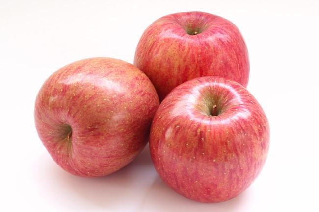白い台の上の3つのりんご