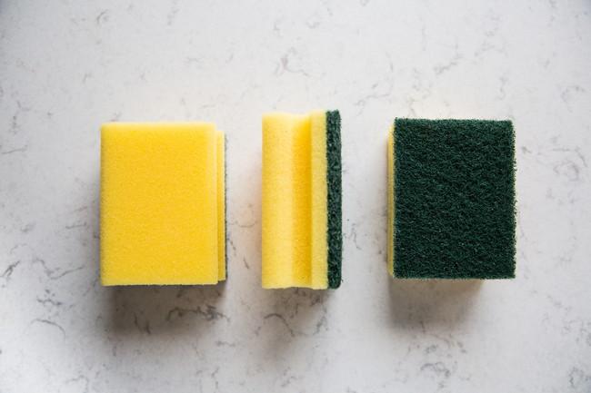 表面、裏面、側面が分かるように置かれた3つのキッチンスポンジ