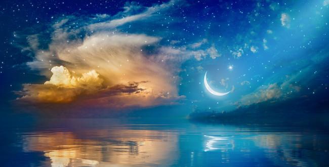 三日月と星と輝く雲と海
