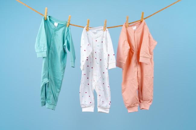 ロープハンガーにかけた子供用パジャマ