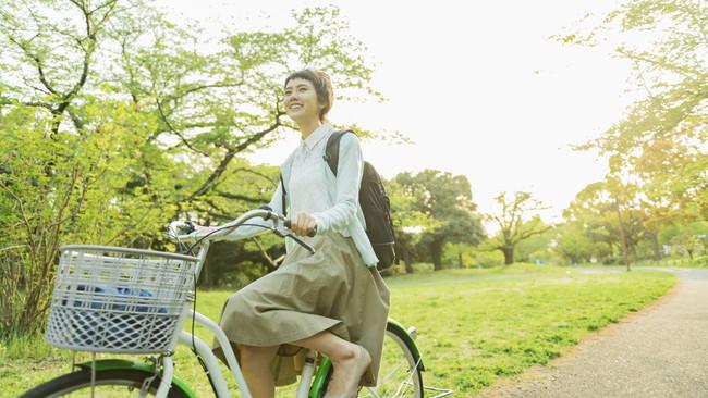自然の中の道で自転車に乗っている女性