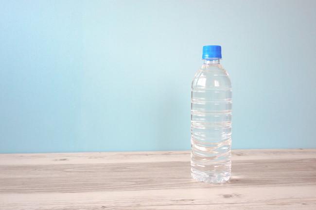 テーブルの上のペットボトルの水