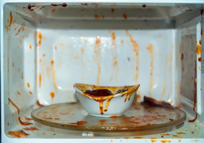 加熱した食品が吹きこぼれて汚れた電子レンジ